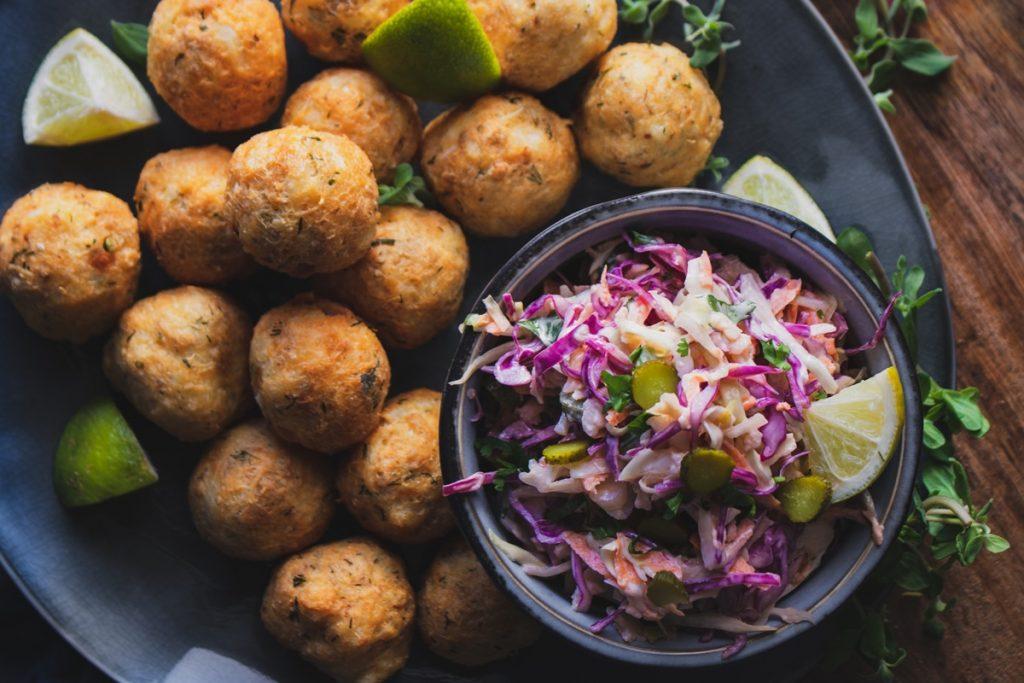 Κεφτεδάκια από ψάρι με σαλάτα coleslaw και αγγουράκι τουρσί