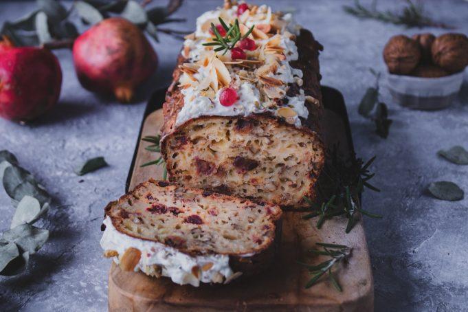 Αλμυρό κέικ με χουρμάδες, καρύδια και πικάντικα τυριά