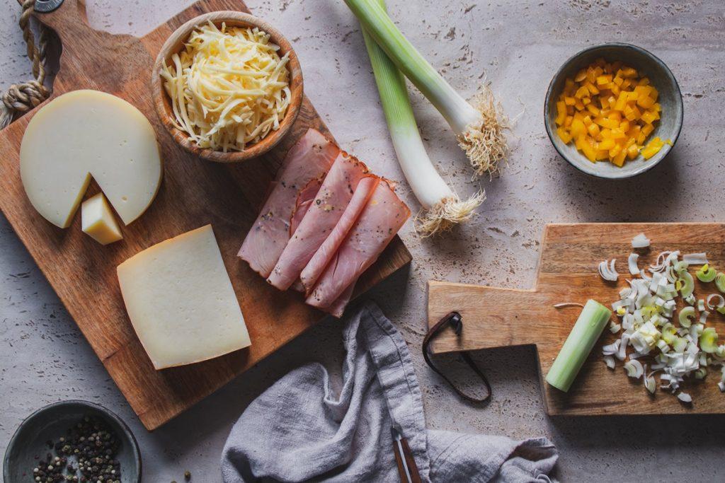 Συνταγές για τυρόπιτα με προβολόνε, γκούντα και γραβιέρα, ψητό ζαμπόν