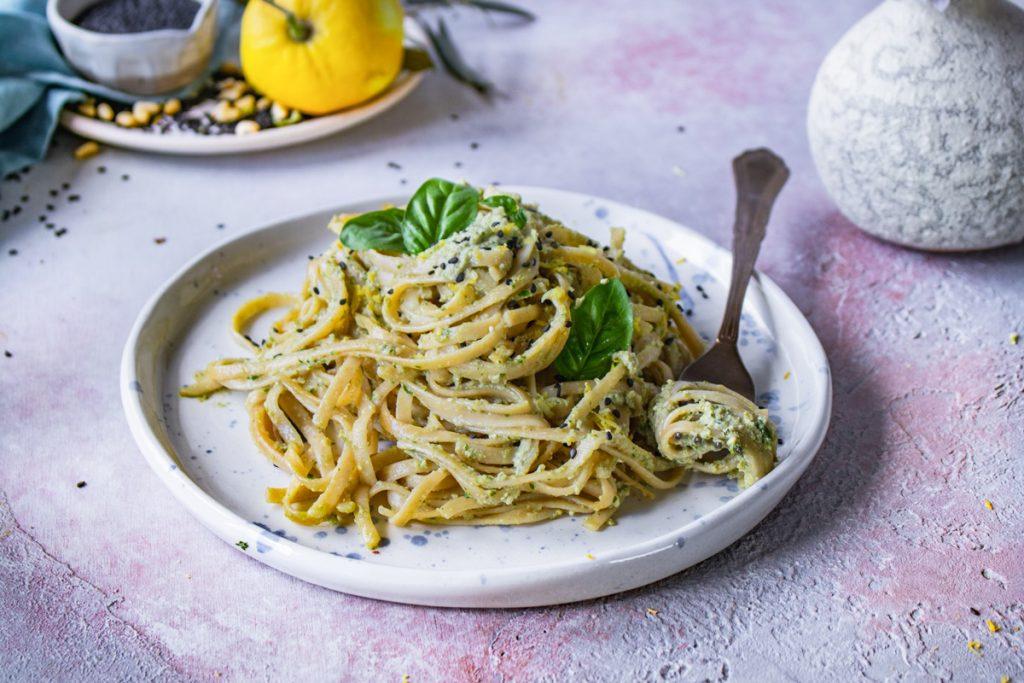Λιγκουίνι με πέστο από πράσινες ελιές και λεμόνι