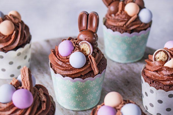 Cupcakes με σοκολάτα και βατόμουρα