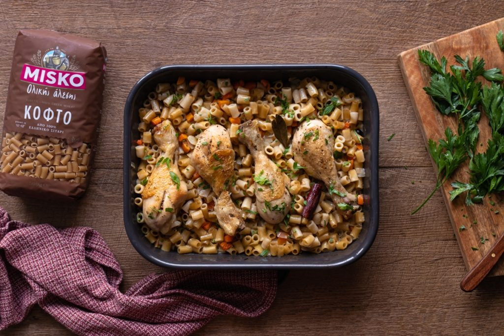 Γιουβέτσι με κοτόπουλο και ζυμαρικά ολικής άλεσης, εύκολες συνταγές για φούρνο